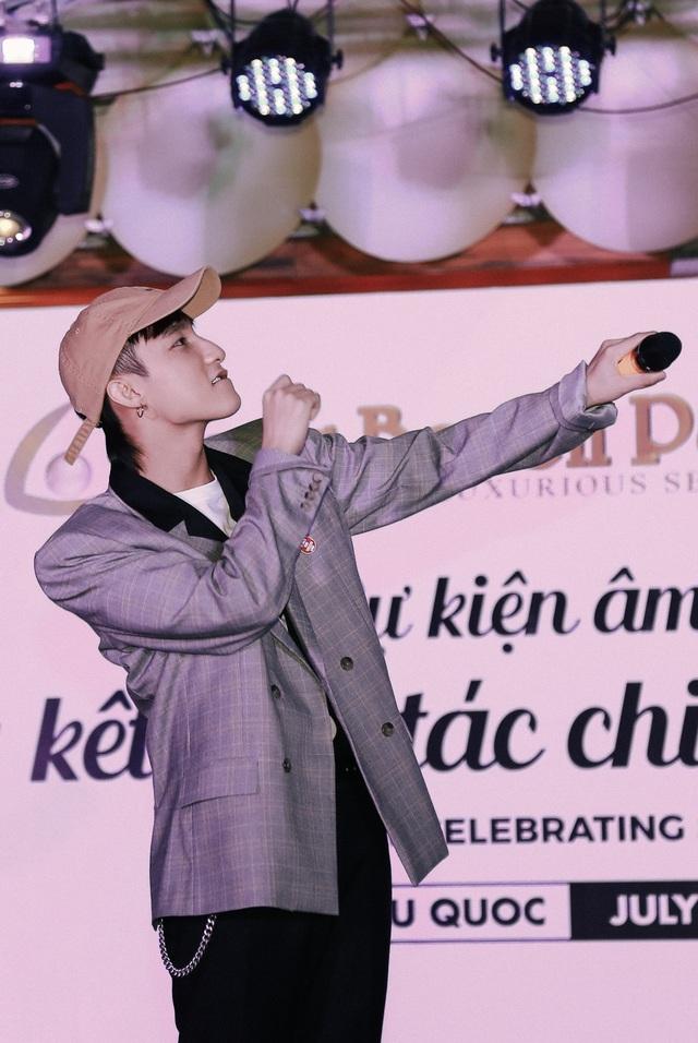 Theo đơn vị tổ chức, đây là lần đầu tiên Sơn Tùng đến biểu diễn tại một sự kiện ở Phú Quốc vì thế mấy ngày nay người dân rất háo hức được gặp anh.