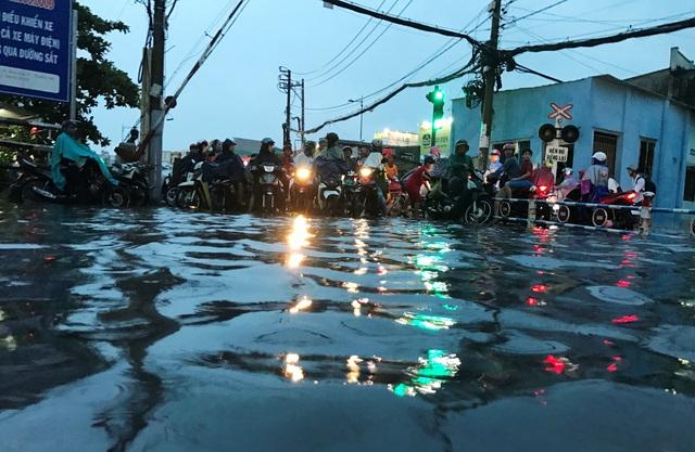 Cơn mưa trái mùa cực lớn chiều ngày 3/4 khiến nhiều tuyến đường ở TPHCM chìm trong biển nước.