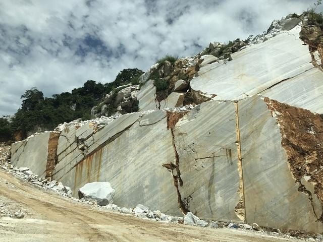 Mỏ đá của Công ty CP sản xuất & Thương mại Quang Long - được một doanh nghiệp Ấn Độ làm chủ đầu tư, mặc dù đã phải bóc sâu xuống dưới tầng đất, đá mới có thể thấy được vỉa đá trắng, nhưng chất lượng đá lại không như kỳ vọng.