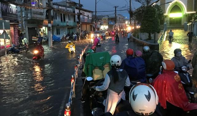 Khu vực tại nút giao đường Tô Ngọc Vân - Phạm Văn Đồng với tuyến đường sắt, nước ngập sâu gần 1m...