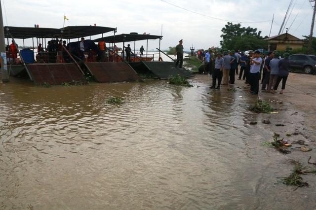 Mực nước lũ sông Hoàng Long trưa 12/10, nước đã giảm 4cm, tuy nhiên trời đã bắt đầu mưa trở lại.