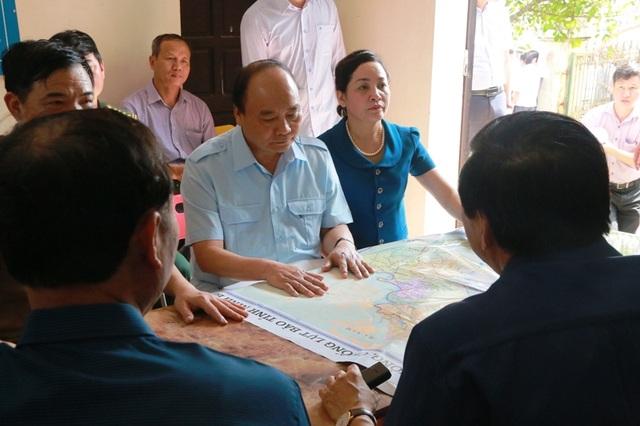 Cuộc họp nhanh giữa Thủ tướng Chính phủ và lãnh đạo tỉnh Ninh Bình ngay tại đập tràn Lạc Khoái.
