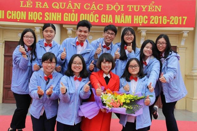 Cô Tô Vân Thúy cùng Minh Anh và các bạn trong lễ ra quân Đội tuyển học sinh giỏi Quốc gia.