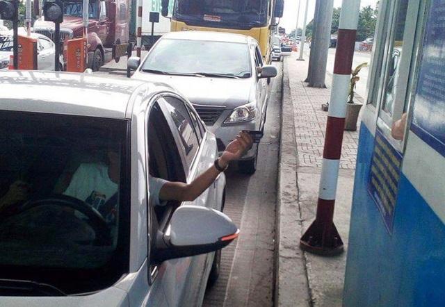 Tài xế dùng thẻ ATM qua trạm