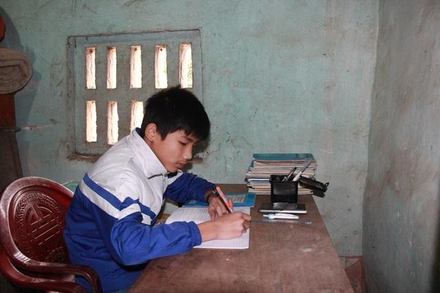Vượt qua hoàn cảnh đáng thương, Đăng Đức luôn là học sinh chăm ngoan và học giỏi