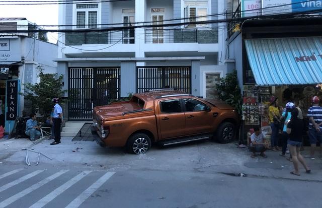 Chiếc ô tô chỉ dừng lại khi suýt tông vào nhà người dân, cách hiện trường ban đầu hơn 20m.