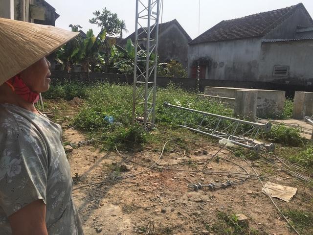 Bà Trần Thị Vân (76 tuổi) trú tại xóm Trung Đông - nằm sát với trạm BTS cách chỉ bức tường, gia đình bà có 5 người đang sinh sống, trong đó có mấy đứa cháu đang tuổi ăn học và lo lắng cho các cháu.