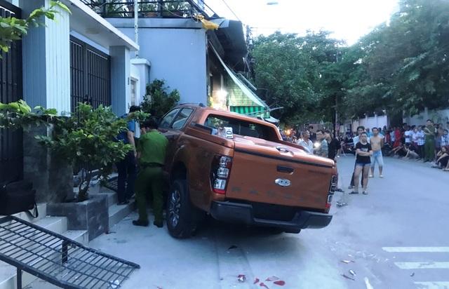 Cảnh sát điều tra khám nghiệm chiếc xe gây tai nạn.