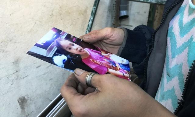Chị Trang cùng người thân cầm tấm ảnh của con đi tìm khắp nơi nhưng vẫn chưa có tin tức gì.