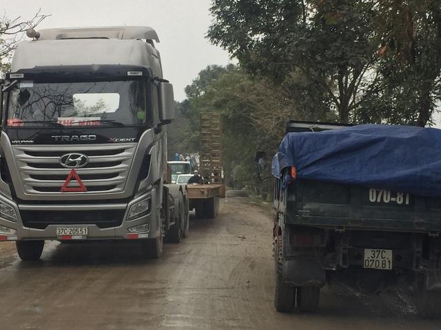 Hằng ngày xe to lớn nhỏ cày nát con đường Nguyễn Trường Tộ.