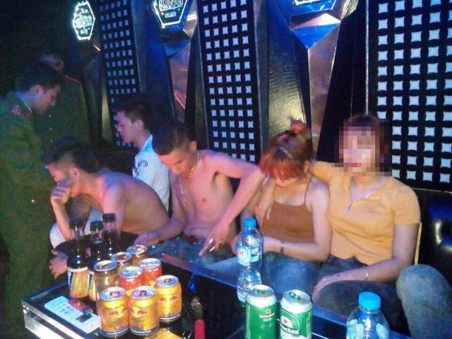 Công an huyện Duy Tiên kiểm tra phòng hát tại quán Karaoke (ảnh: Công an Hà Nam)