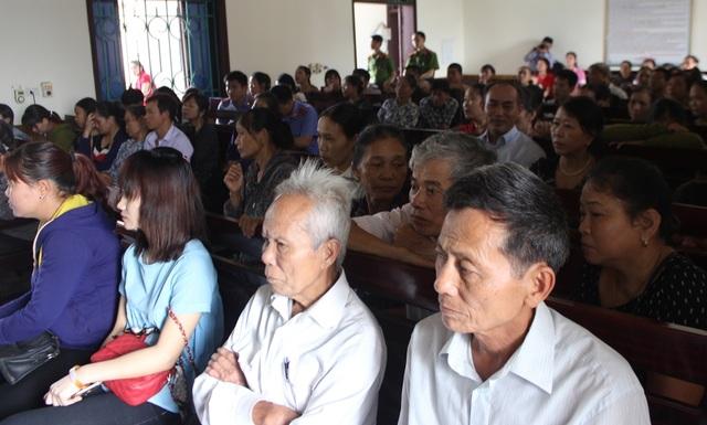 Rất đông người dân theo dõi phiên tòa sáng nay