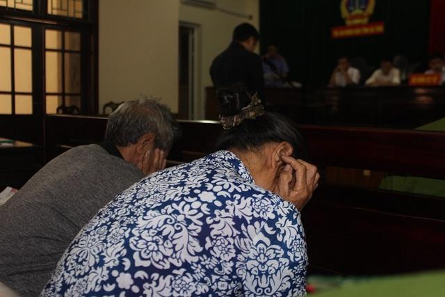 Từ lúc bước và phiên tòa đến suốt quá trình xét xử, bố mẹ Tiến luôn cúi đầu