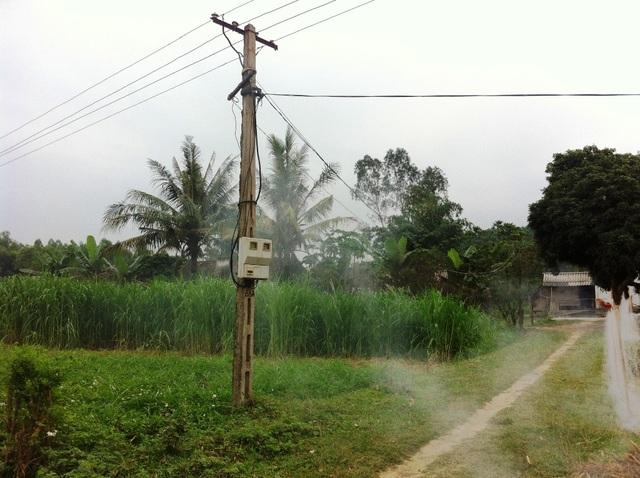 Đường dây điện bắt nối tạm bợ của 1 hộ gia đình.