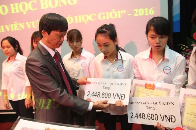 TS Nguyễn Trọng Nghĩa, Phó Hiệu trưởng ĐH Tài chính - Quản trị Kinh doanh trao học bổng Shinnyo-en Nhật Bản đến các em sinh viên
