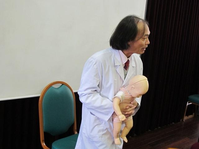 Bác sĩ Bạch Mai hướng dẫn xử lý khi trẻ bị hóc dị vật ngày Tết - 3
