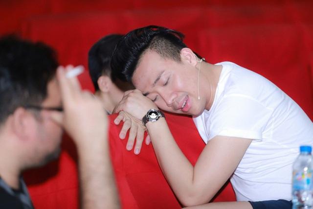 Nam diễn viên hài Trấn Thành phải tranh thủ thời gian làm việc cả ngày và buổi tối sau 12h mới đến sân khấu để tập cho các vở diễn Tết. Ăn vội vàng khi đến sân khấu, có lúc anh mệt quá phải tranh thủ chợp mắt.