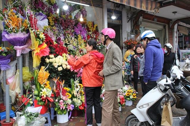 Không khí mua bán tấp nập tại một cửa hàng hoa trên phố Kim Mã
