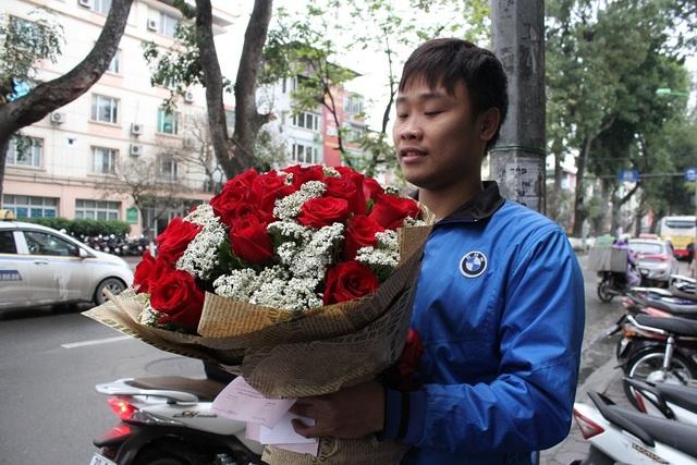 Giá hoa nhập ngoại nhích lên theo giờ, nhiều cửa hàng hoa phải từ chối bớt những đơn đặt hàng thiết kế phát sinh trong ngày