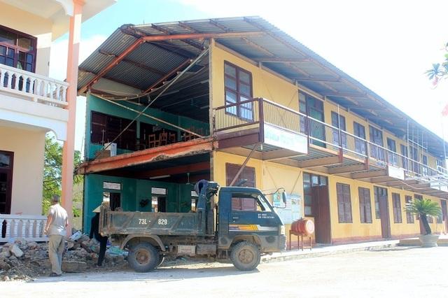 Những phòng học bị hư hỏng, có thể đổ sập bất cứ lúc nào