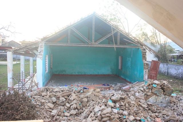Một phòng học cấp 4 tại Trường Tiểu học số 1 Quảng Phú đổ sập không thể tiếp tục sử dụng. Những phòng khác cũng bị hư hỏng không đảm bảo an toàn
