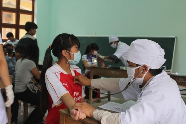Tiêm phòng vắc-xin phòng bệnh bạch hầu cho học sinh ở huyện miền múi Tây Giang'
