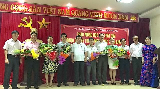 UBND tỉnh Nghệ An cũng tặng quà cho các giáo viên trực tiếp hướng dẫn các em có được thành tích cao trong kỳ thi Olympic quốc tế.