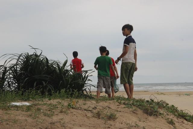 Khi thời tiết vừa sang tháng 3 cũng là lúc lũ trẻ tại các vùng biển chuẩn bị đồ nghề để đi săn kỳ nhông cát