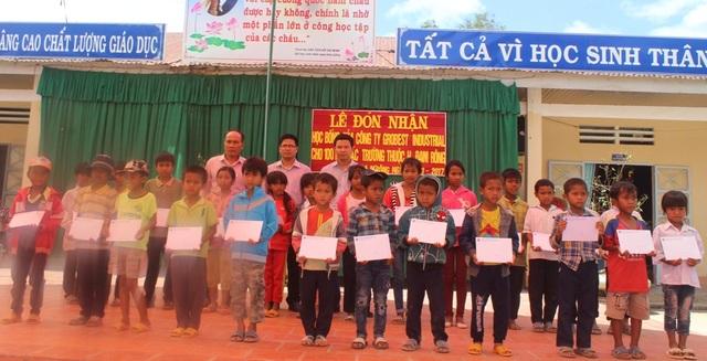 Trao học bổng cho 100 em học sinh nghèo tại huyện Đam Rông, tỉnh Lâm Đồng