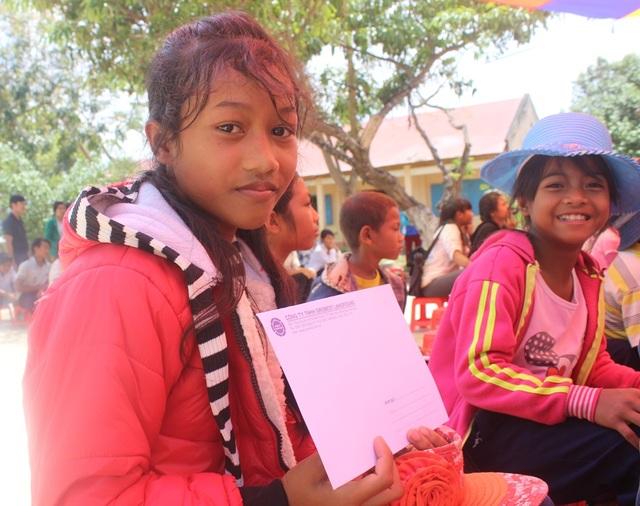 Em Lơ Mu Di Na, Trường Tiểu học Dơng Jri vui mừng và hứa sẽ cố gắng học tập tốt hơn để không phụ lòng của các nhà hảo tâm