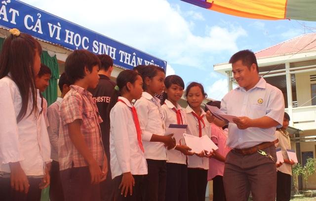 Nhiều học sinh rất phấn khởi và nở nụ cười rạng rỡ khi nhận được quà từ công ty Grobest Việt Nam