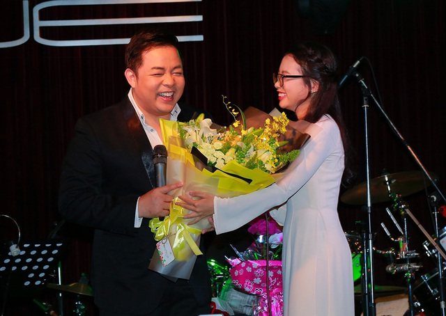 Quang Lê đã hòa giọng cùng con gái nuôi qua 2 ca khúc: Mưa rừng, Về dưới quê nhà và cũng chia sẻ việc dùng một phần tiền bán album làm từ thiện.