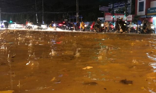 Cơn mưa lớn chiều tối 28/9 khiến nhiều tuyến đường ở vùng phía Đông TPHCM chìm trong biển nước.