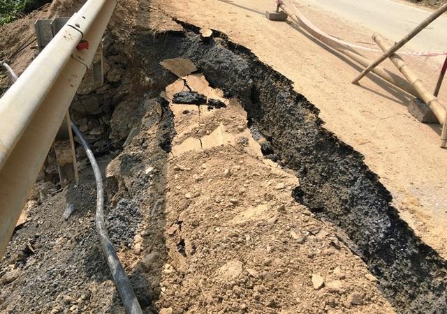 Sau hơn nửa tháng, tình trạng sạt lở tại nhiều điểm trên quốc lộ 217 vẫn chưa được khắc phục