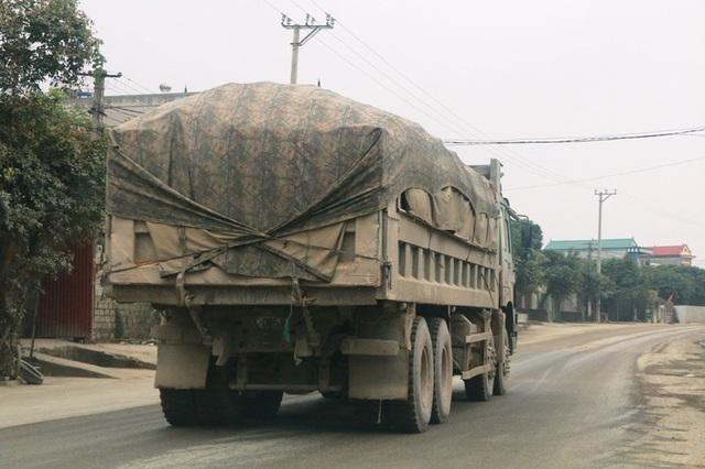 Một chiếc xe siêu tải trọng đang vô tư cày tỉnh lộ 479.