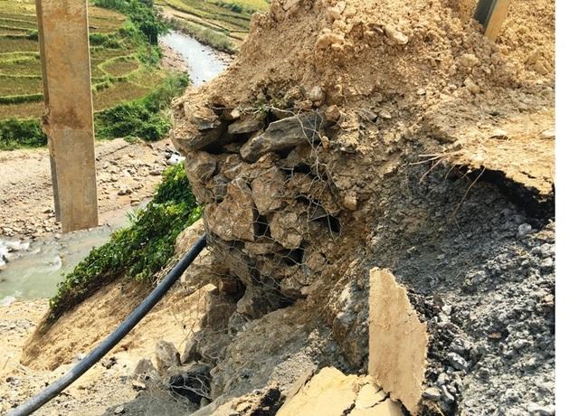 Một lượng lớn đá ngăn ở phần taluy âm bị nước lũ bứt phá