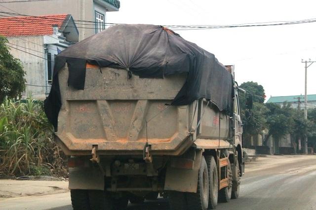 """Ninh Bình: Đoàn xe siêu tải """"cày ngày cày đêm"""", tỉnh lộ căng mình… chống đỡ! - 10"""