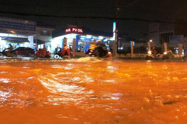 Thậm chí sau khi mưa dứt hơn 20 phút, mặt đường tại khu vực nói trên vẫn ngập sâu trong biển nước.