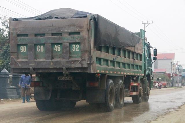 """Ninh Bình: Đoàn xe siêu tải """"cày ngày cày đêm"""", tỉnh lộ căng mình… chống đỡ! - 11"""