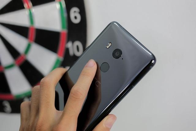 Điểm nhấn của HTC U11 plus là được trang bị máy ảnh tốt hơn HTC U11, chiếc máy ảnh được đánh giá với số điểm ấn tượng từ DxOMark – 90 điểm.