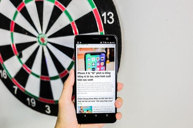 Bên trong, máy trang bị vi xử lý Qualcomm Snapdragon 835 với X16 LTE, RAM 6 GB và bộ nhớ trong 128 GB. HTC cho biết, khả năng xử lý đồ họa của máy tăng hơn 25%, thời gian phát lại video dài hơn 4 giờ, thời gian lướt web trên nền 4G LTE lâu hơn 04 giờ so với thế hệ HTC 10.
