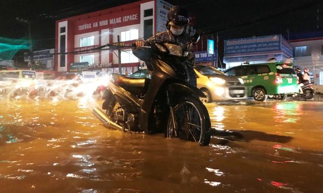 Nhiều phương tiện bị nước ngập chết máy khiến người dân phải bì bõm lội nước tìm đường về nhà.