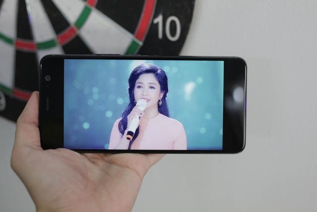HTC cũng cho biết, màn hình trên U11 Plus còn hỗ trợ khả năng hiển thị dải màu DCI chuẩn Hollywood, mang lại hình ảnh sống động, gam màu rộng hơn và độ chính xác cao.