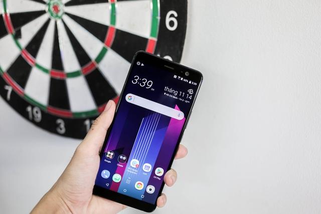 Ngoài ra, máy trang bị âm thanh HTC Boomsound tốt hơn với âm lượng lớn hơn 30% và đi kèm tai nghe HTC USonic với khả năng khử ồn chủ động.