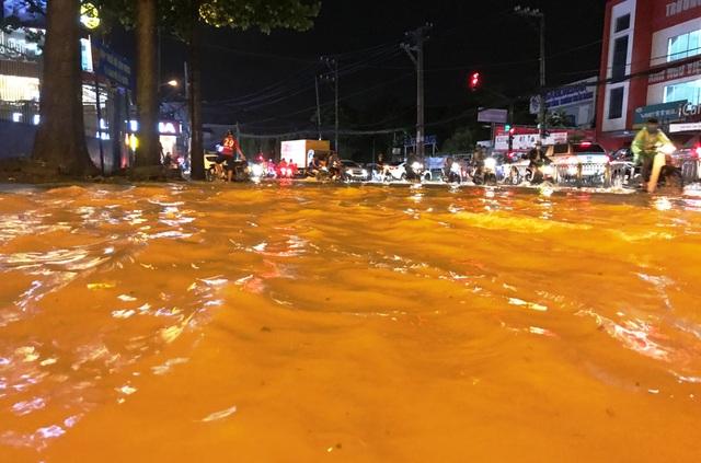 Nước lênh láng trong cơn mưa lớn trên đường Võ Văn Ngân dù khu vực này có hồ điều tiết thông minh chống ngập.