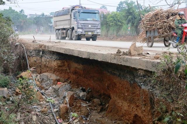 Điểm sạt lổ hàm ếch rất nguy hiểm, tuy nhiên các xe tải vẫn chạy ầm ầm bên trên khiến đoạn đường này phải căng mình chống đỡ.