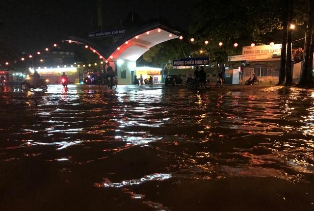 Vị trí trước Nhà Thiếu nhi Thủ Đức vừa được làm công trình hồ điều tiết thông minh chống ngập vào đầu tháng 8 vừa qua. Tuy nhiên trong và sau cơn mưa chiều tối nay (28/9), nước vẫn ngập lênh láng.