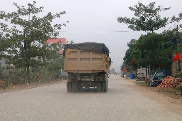 """Ninh Bình: Đoàn xe siêu tải """"cày ngày cày đêm"""", tỉnh lộ căng mình… chống đỡ! - 9"""