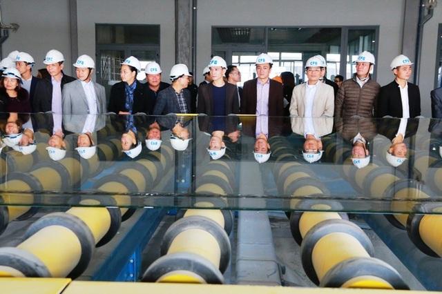Khách hàng tham qua quá trình sản xuất kính tại Nhà máy kính CFG Ninh Bình.
