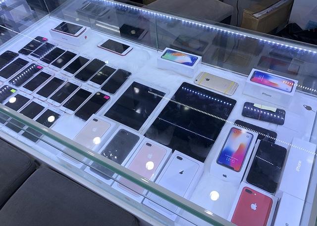 Lượng iPhone X khá ít trên thị trường. Trong tủ hầu như các các phiên bản iPhone cũ, iPhone X chỉ đếm trên đầu ngón tay